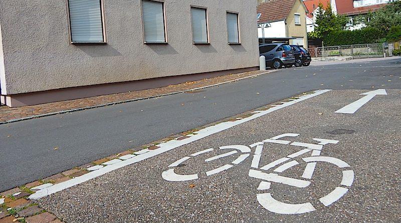 Stuttgart Hedelfingen Radfahrsteifen Heumadener Strasse